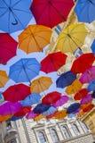 Multiclored που κινεί το θολωμένο υπόβαθρο ομπρελών Στοκ Φωτογραφίες
