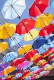 Multiclored που κινεί το θολωμένο υπόβαθρο ομπρελών Στοκ Εικόνες