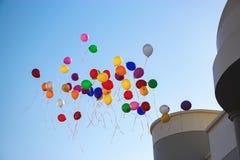 Multicolor воздушные шары летают высокое ясное голубое небо около школы скопируйте космос стоковое изображение