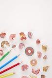 Multicolor карандаши и shavings на белой предпосылке с космосом экземпляра Стоковое Изображение