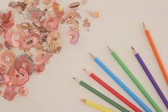 Multicolor карандаши и shavings на белой предпосылке с космосом экземпляра тонизированное изображение Стоковые Изображения RF