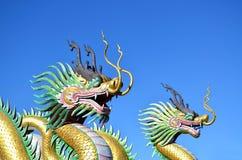 Multicolor 2 китайских статуй дракона против голубого неба Стоковое фото RF