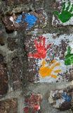 Multicolor печати ладоней на камне Стоковые Фото