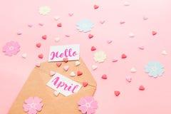Multicolor сердца конфеты сахара помадок, handcraft бумажные цветки и карточки с здравствуйте! мухой литерности в апреле из конве Стоковое Изображение RF