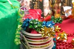 Multicolor смычок на крене ленты около подарочной коробки Стоковое Изображение RF