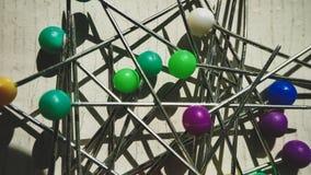 Multicolor штырь на белизне pushpin установил в другие цвета кнопки, случайно конец-вверх макроса стоковые фотографии rf