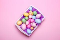 Multicolor яичка в белом подносе Творческая концепция пасхи самомоднейше Стоковая Фотография