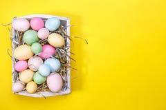 Multicolor яичка в белом подносе Творческая концепция пасхи самомоднейше Стоковое Изображение RF
