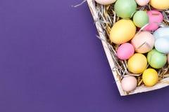 Multicolor яичка в белом подносе Творческая концепция пасхи самомоднейше Стоковые Фото