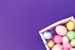Multicolor яичка в белом подносе Творческая концепция пасхи самомоднейше Стоковая Фотография RF