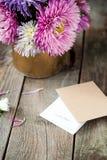 Multicolor aster kwitnie bukiet, karta z słowami Wpólnie zawsze, rzemiosło papierowa koperta na nieociosanym drewnianym stole Poc Obrazy Royalty Free
