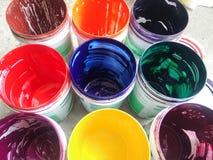 multicolor en latas Imagen de archivo