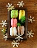 Multicolor Francuskich macaroons słodka Bożenarodzeniowa teraźniejszość Obraz Stock