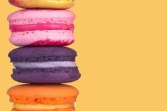 Multicolor macaron na pastelowym żółtym koloru tle, kopii przestrzeń Obraz Royalty Free