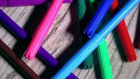Multicolor markiery na drewnianym stole 4K zbliżenia niecki strzał zdjęcie wideo