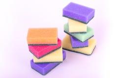 Multicolor płuczkowe gąbki na białym tle Zdjęcie Royalty Free