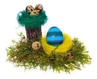 Multicolor pintado a mano de los huevos de Pascua en la jerarquía del pájaro, musgo del bosque, Imagenes de archivo