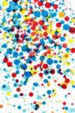 multicolor vektor för abstrakt bakgrundsillustration Bubblor av målarfärg och färgpulver på en vit, modell av droppe Arkivbild