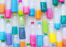 Multicolore vatten i plast- flaska Royaltyfria Bilder