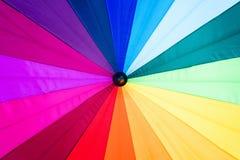 Multicolored achtergrond van het regenboogspectrum van een paraplu Stock Foto's
