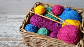 Multicolored ballen van garen voor het breien en haken stock fotografie