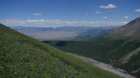 Multicolored bergen Timelapse Rode en gele heuvel Blauwe hemel met lichte wolken stock footage