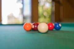 Multicolored biljartballen in een chaotische orde op de poollijst die worden verspreid stock afbeeldingen