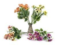 Multicolored bloemen in een vaas op witte achtergrond wordt geïsoleerd die Stock Foto's