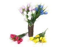 Multicolored bloemen in een vaas op witte achtergrond wordt geïsoleerd die Royalty-vrije Stock Foto