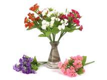 Multicolored bloemen in een vaas op witte achtergrond wordt geïsoleerd die Royalty-vrije Stock Fotografie