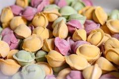 Multicolored bollen met vlees worden gevuld dat Stock Foto