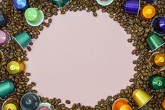 Multicolored capsule van de koffiepeul op koffiebonen sluit omhoog Ruimte voor tekst royalty-vrije stock foto's