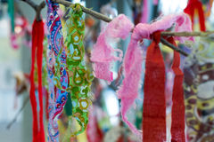 Multicolored Gebedvodden op een Boom Royalty-vrije Stock Foto