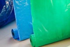 Multicolored gekleurde heldere bont broodjes van plastic film Chemische productie, hoge drukpolyethyleen royalty-vrije stock foto