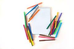 Multicolored gevoelde die pennen met notitieboekje op achtergrond wordt geïsoleerd De tekening van het recreatieconcept stock foto's