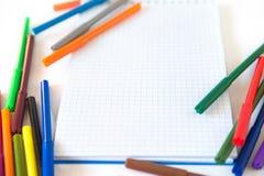 Multicolored gevoelde die pennen met notitieboekje op achtergrond wordt geïsoleerd De tekening van het recreatieconcept stock fotografie