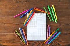 Multicolored gevoelde die pennen met notitieboekje op achtergrond wordt geïsoleerd De tekening van het recreatieconcept stock afbeelding