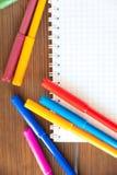 Multicolored gevoelde die pennen met notitieboekje op achtergrond wordt geïsoleerd De tekening van het recreatieconcept stock afbeeldingen