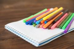 Multicolored gevoelde die pennen met notitieboekje op achtergrond wordt geïsoleerd De tekening van het recreatieconcept royalty-vrije stock fotografie