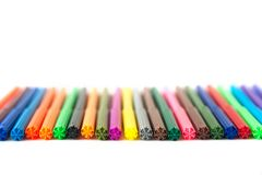 Multicolored gevoelde die pennen op een rij op witte achtergrond worden geïsoleerd Recreatieconcept stock afbeeldingen