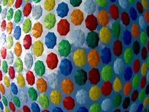 Multicolored hangende paraplu's tegen de blauwe hemel Rusland, Krasnodar 29 september 2018 stock videobeelden