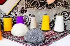 Multicolored helder mooi garen, kunstmatige acrylvezeldraden die, spoel van draad voor het naaien, kleren maken royalty-vrije stock foto's