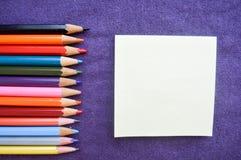 Multicolored, heldere, kleurrijke potloden voor het trekken op lef royalty-vrije stock afbeelding