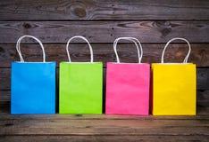 Multicolored het Winkelen zakken op een houten achtergrond, verkoop, aankoop royalty-vrije stock fotografie