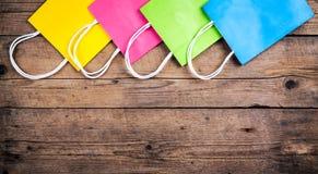 Multicolored het Winkelen zakken op een houten achtergrond, verkoop, aankoop royalty-vrije stock foto