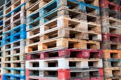Multicolored houten paletten stock afbeeldingen