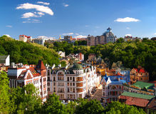 Multicolored Huizen onder de Groene Bomen Kiev, de Oekraïne Stock Foto