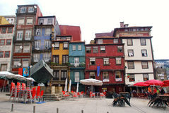 Multicolored huizen op Ribeira vierkant, Porto, Portugal. Stock Afbeelding