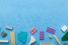 Multicolored kleine aannemer op een blauwe achtergrond Lege ruimte voor tekst De idylle van de zomer royalty-vrije stock afbeeldingen