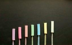 Multicolored krijt op lei stock afbeeldingen
